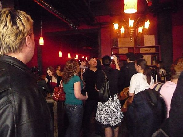 4-capones-wine-and-jazz-mingling-of-people-where-the-wine-merchants-are