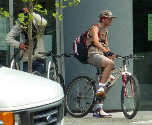 Bus Driver phones on bike thief 3